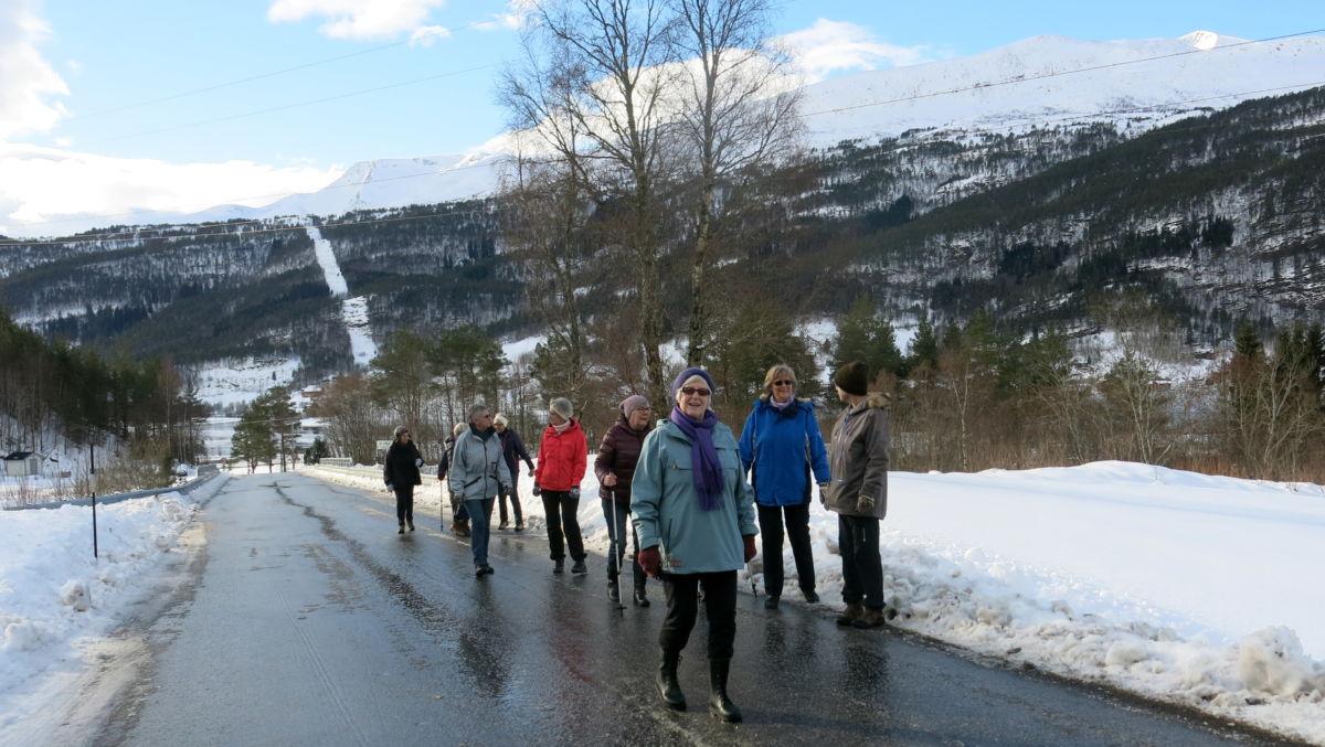 Frisk marsj utover Todalsvegen. Foto: Dordi J H