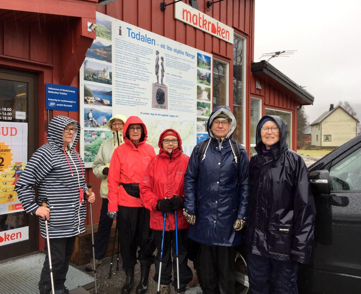 Bilete frå Kløverturen 20. februar - tøffe damer i regnver ved Matkroken før start. Foto: Dordi J H