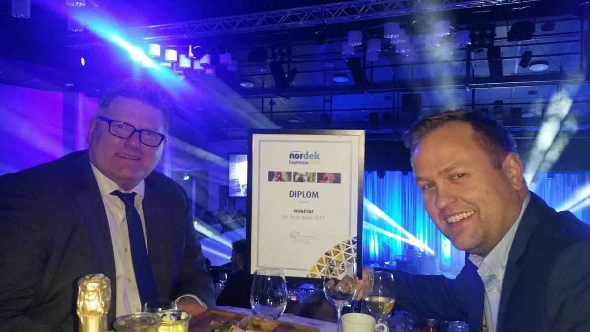 Fikk heider for beste stand - Bjørn Hauglann og Brynjar Moe tok i mot prisen for beste stand på nordekmessa.  Foto: privat