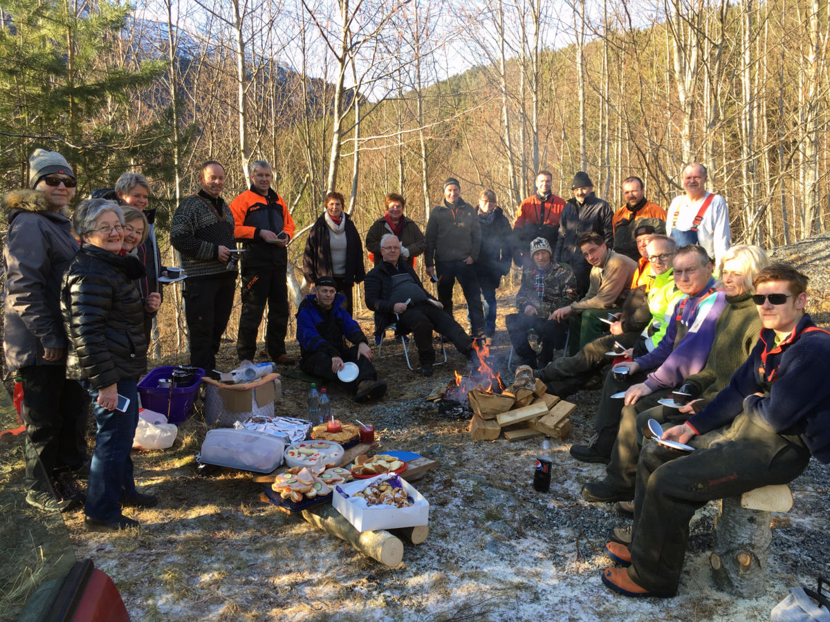 Krattryddardugnaden er eit samarbeid mellom lag og organisasjonar i bygda. Kjenner du alle deltakarane?  Foto: Laila Kvendset Bergli