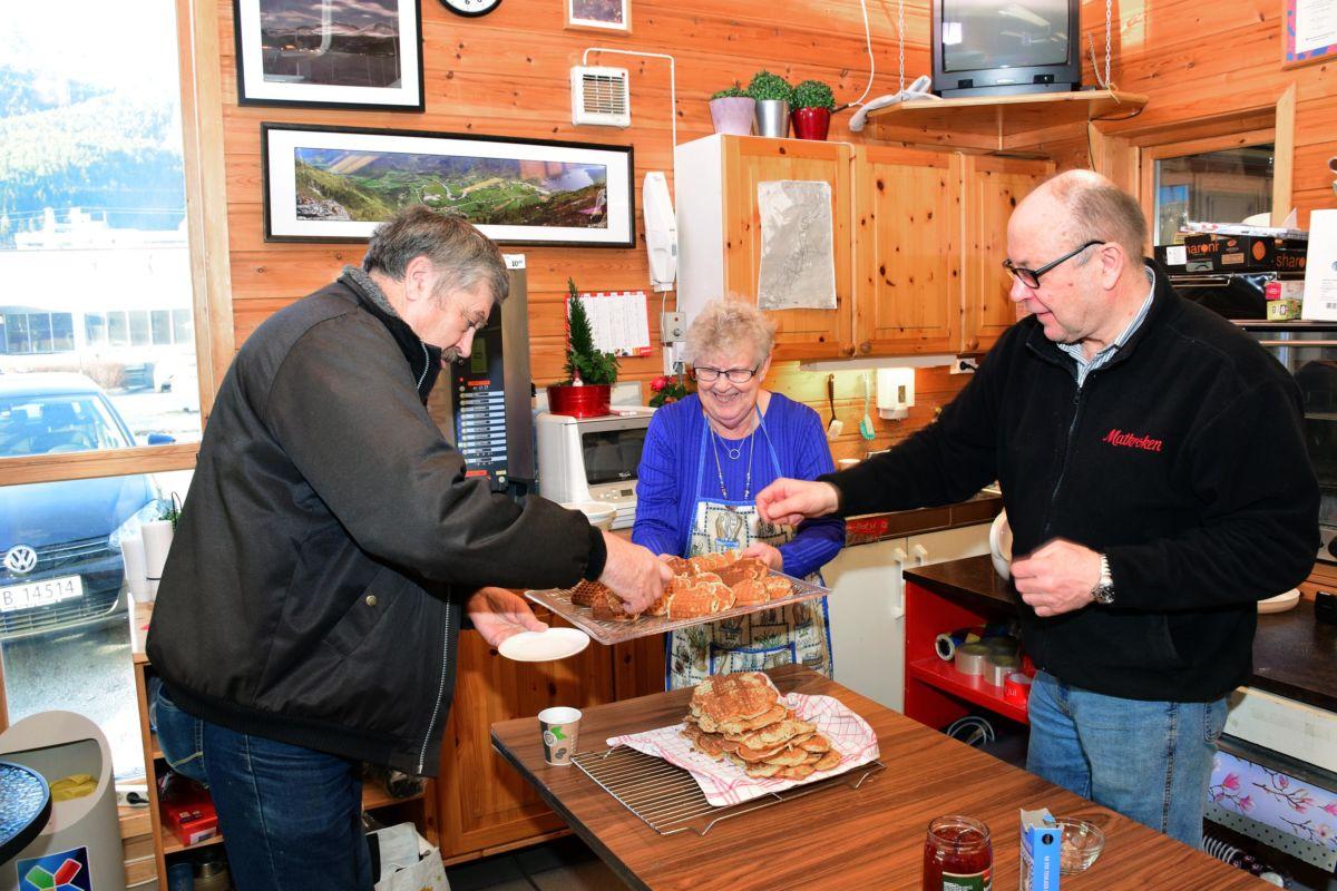Anders todalshaug var ein av dei første kundane og blir her servert av Karen Johanne og Terje N.  Foto: Jon Olav Ørsal