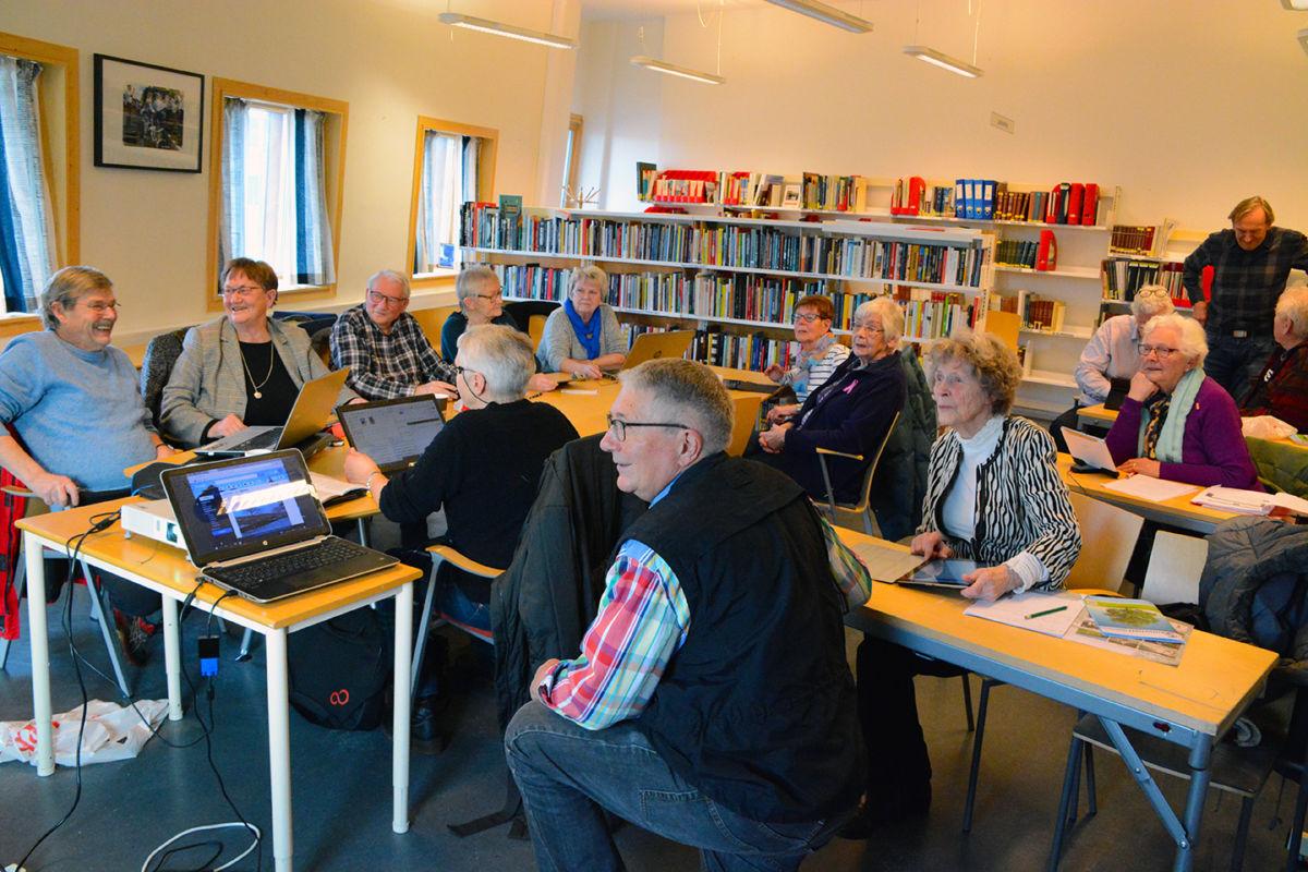 God stemning på lesesalen til biblioteket; her med kursleiar Ole Trygve Foseide nærast.
