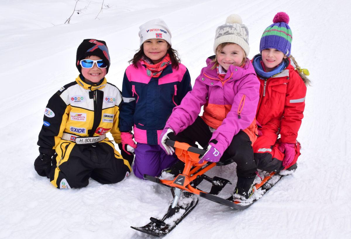 Stas med snø - frå venstre Jens, Natalie Astrid, Martine og Aleksandra