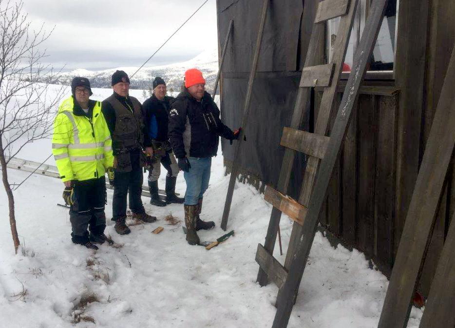 Utegjengen trossa vêr og vind og fekk på ny bordkledning på vêrveggen på Skihytta.  Foto: Torkjel A. Moe