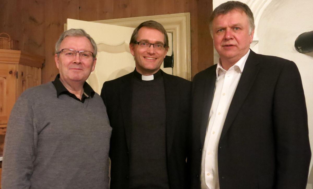 Takk frå prosten. Frå venstre Bernt Bøe, Leif Endre Grutle og Bernt Venås. Foto: Dordi J H