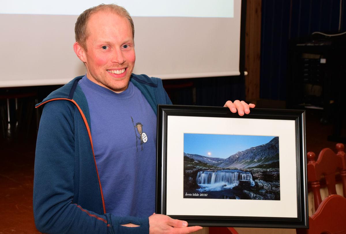 Her viser nestleiar Jo Gjeldnes fram biletet frå Vassdalen som Bjørn Redalen gikk til topps med.  Foto: Jon Olav Ørsal