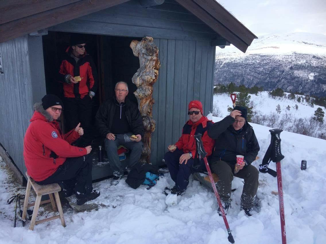 Pause på Ørsalsetra etter turen til Skihytta.  Foto: Endre Talgø