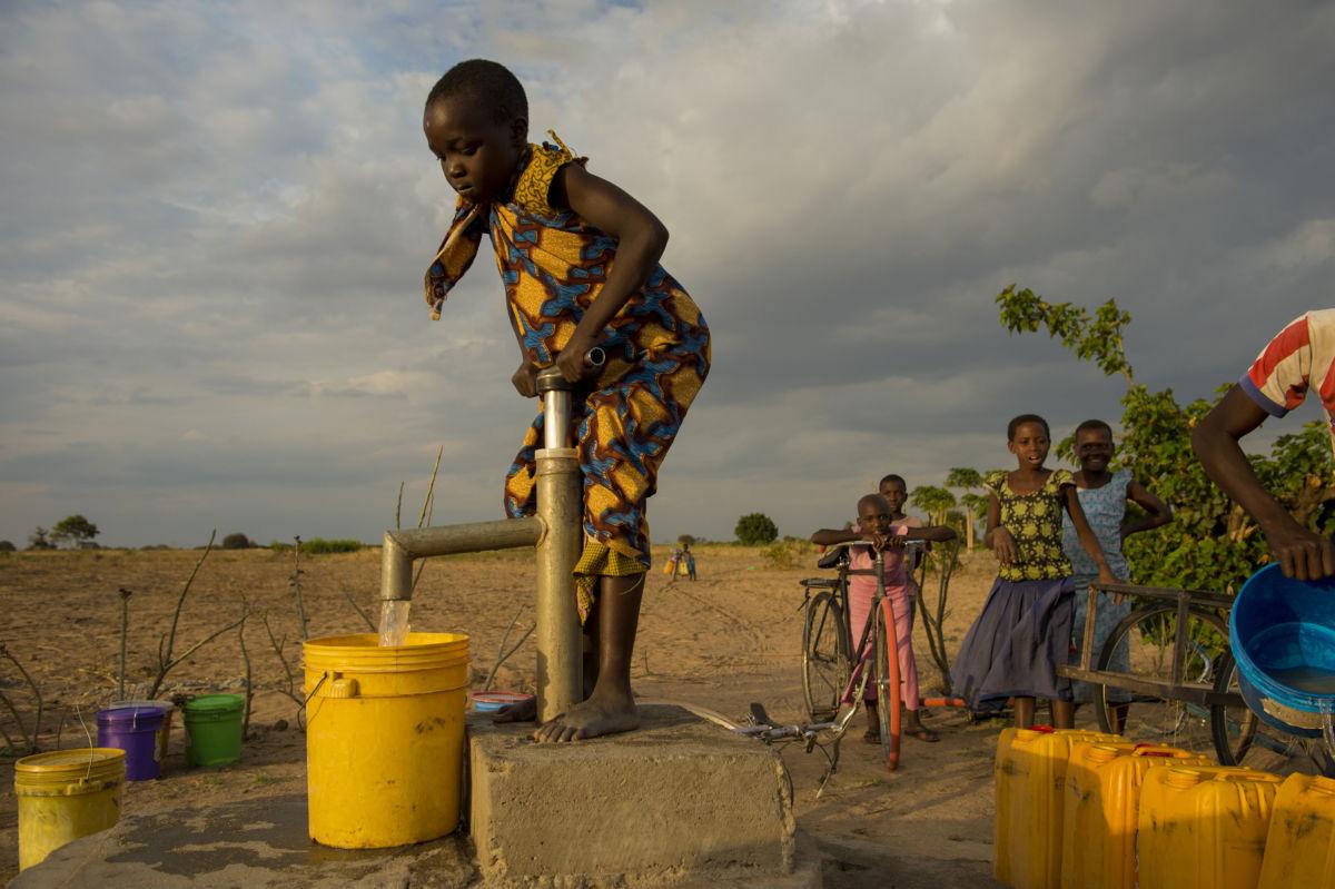 Landsbyen Ikonda fikk reint vann i september 2016 med penger fra TV-aksjonen 2014.  Nyamate Sakwa (8) pumper vann til familien før solen går ned. Foto Håvard Bjelland.