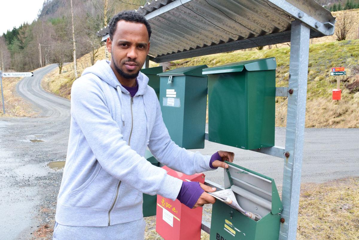 Abraham puttar Nationen i postkassa til Ola Bruset.  Foto: Jon Olav Ørsal