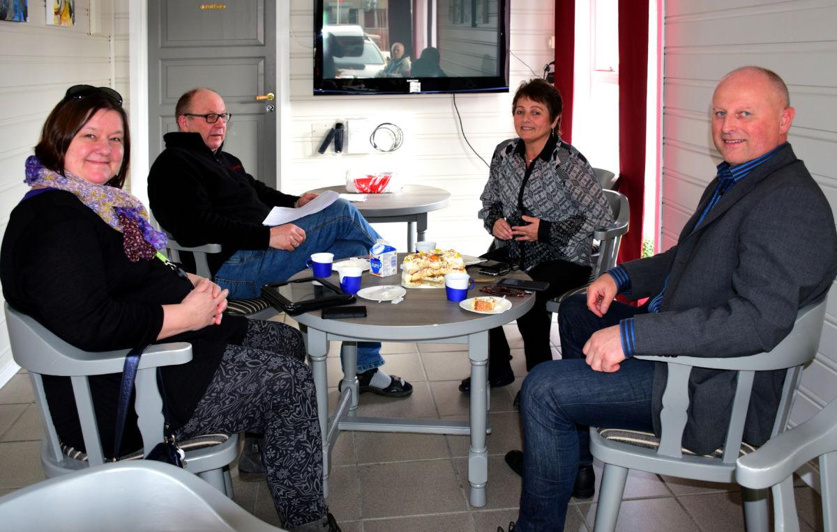Mange utfordringar med å drive nærbutikk - frå venstre Karin Halle, Terje Nordvik, Lilly Gunn Nyheim og Knut Haugen.  Foto: Jon Olav Ørsal