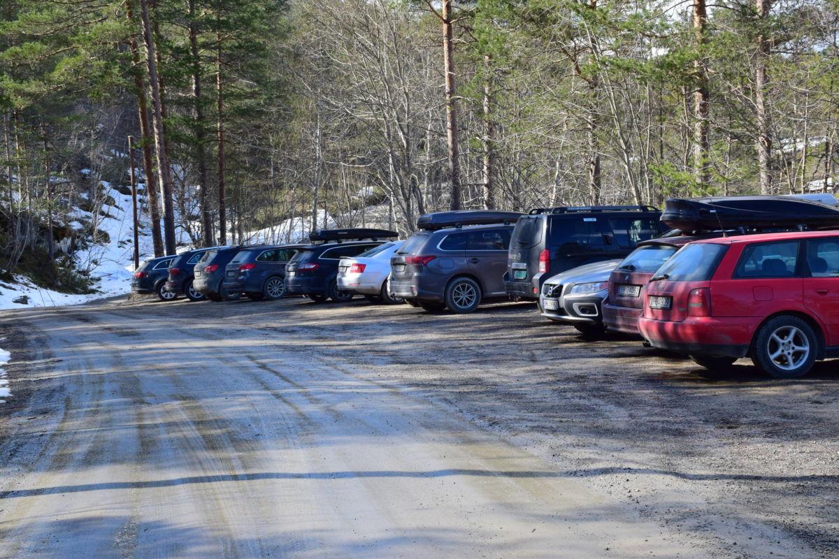 10-12 bilar på parkeringsplassen i dag - plass til det tredobbelte.  Foto: Jon Olav Ørsal