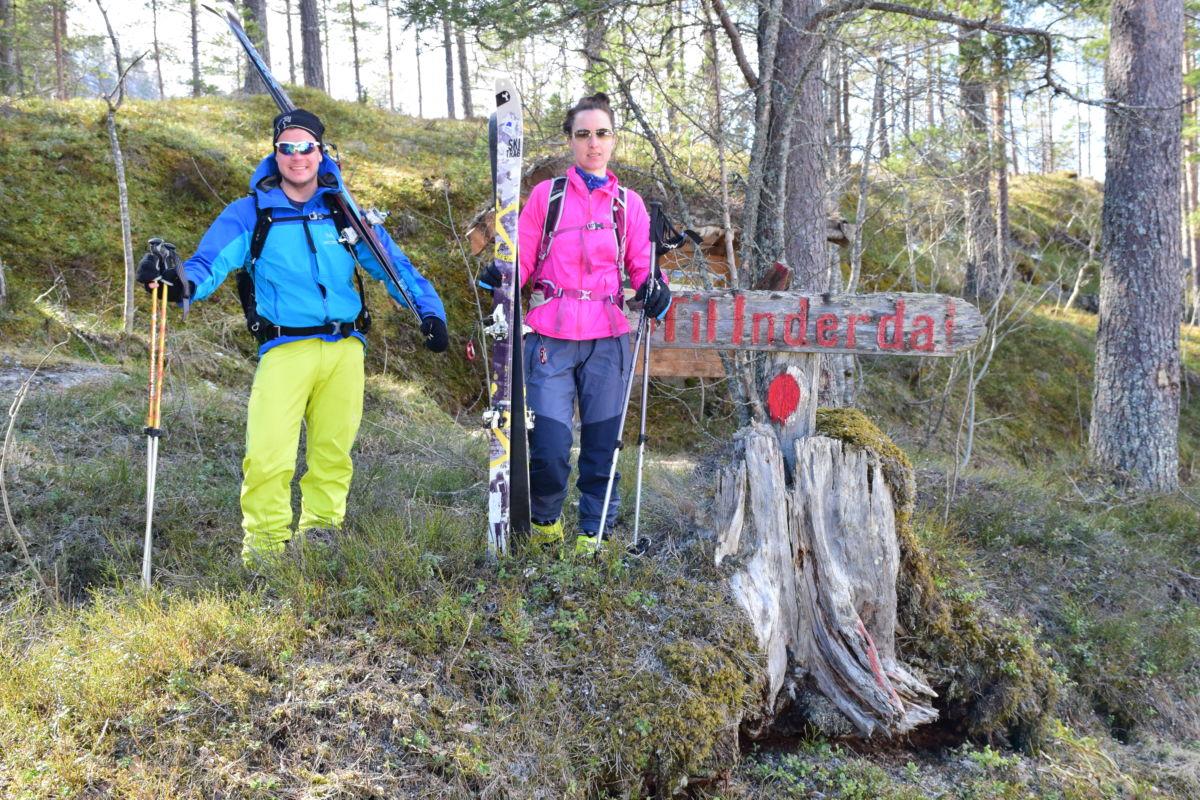 Mari og Sondre ved innerdalsmerket som var både start- og målpunkt for dagens tur.  Foto: Jon Olav Ørsal