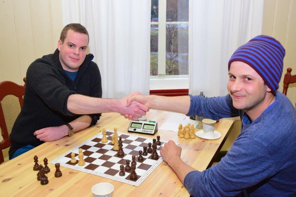 Amund gratulerer Kristoffer med seieren og takkar for kampen.   Foto: Jon Olav Ørsal