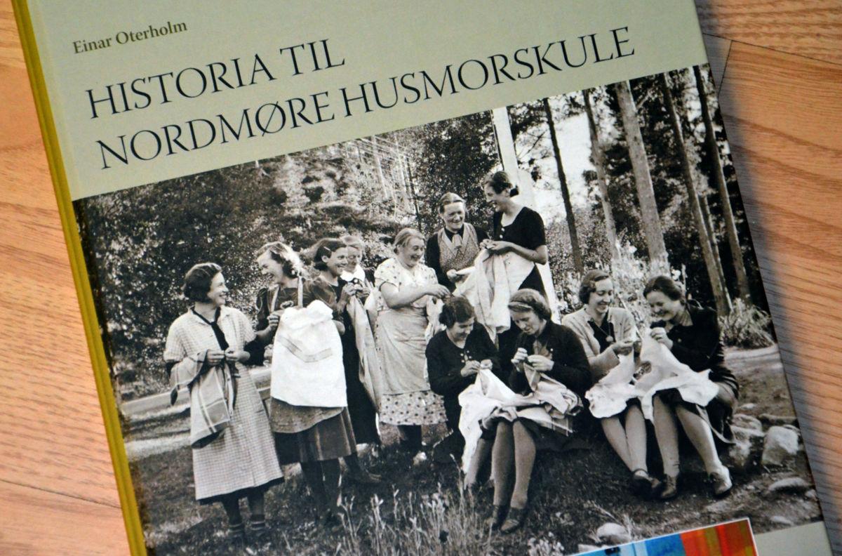 No er boka om husmorskulen komen!  Foto. Jon Olav Ørsal