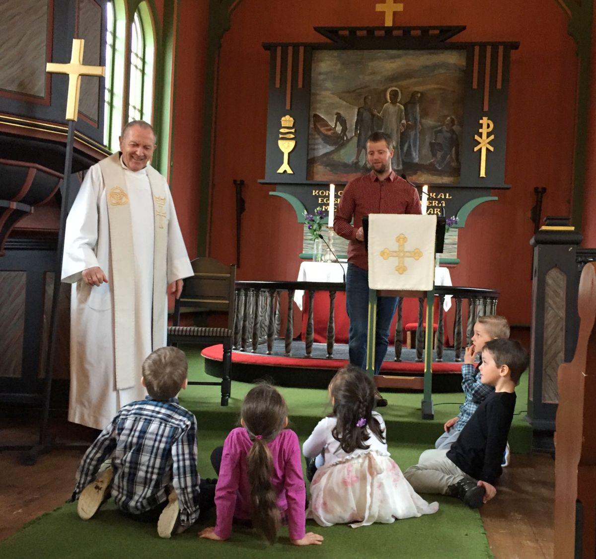 Utdeling av seksårsbok i Todalen kyrkje. Foto: Dordi J H