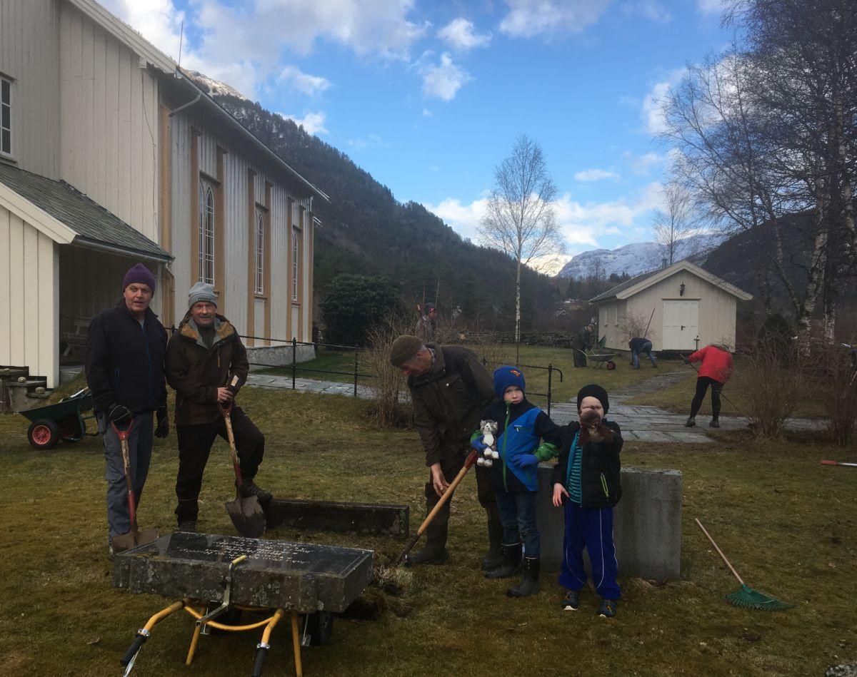 Mykje arbeidskar gjer at jobben går unna i ein fei! Frå venstre Rune Moe, Gudmund Husby, Gudmund Kvendset og brørne Sivert og Fredrikk Sogge.