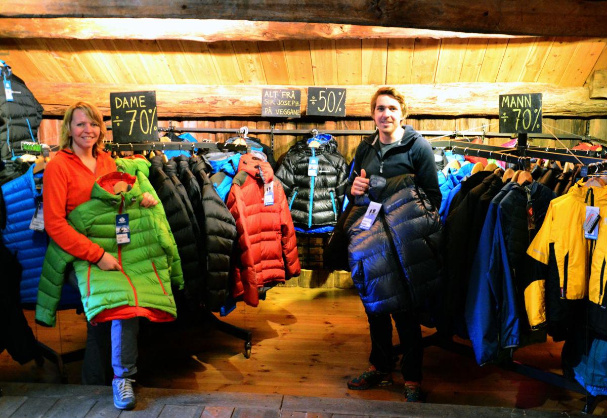 Mykje flotte klær skal ut med store rabattar. Laila Kvendset Bergli og Fredrik Toresen Sletten.  Foto: Jon Olav Ørsal