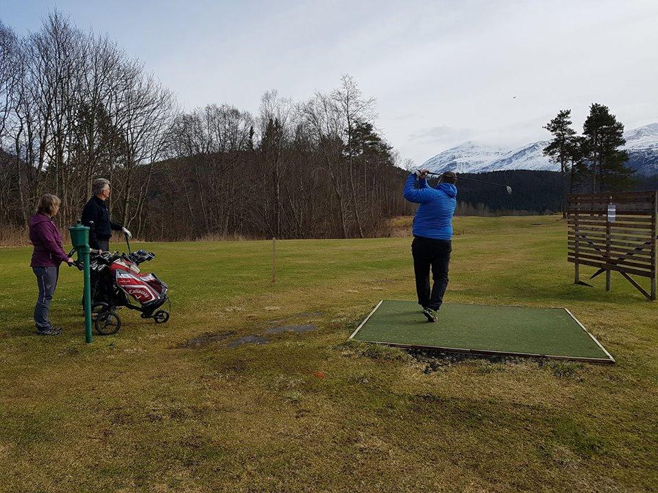 Åpningsturnering på golfbanen