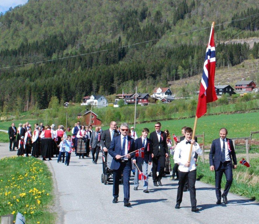 Foran går herrene Ola Magne Nordvik, Eirik Sæterbø og Rune Måøy i festkomiteen.