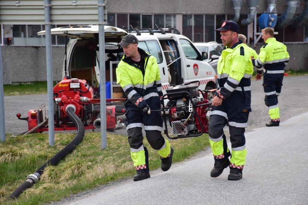 Her kjem den andre brannpumpa - Ivar Bolme og Bjørn Kvendset.  Foto: Jon Olav ØrsaL