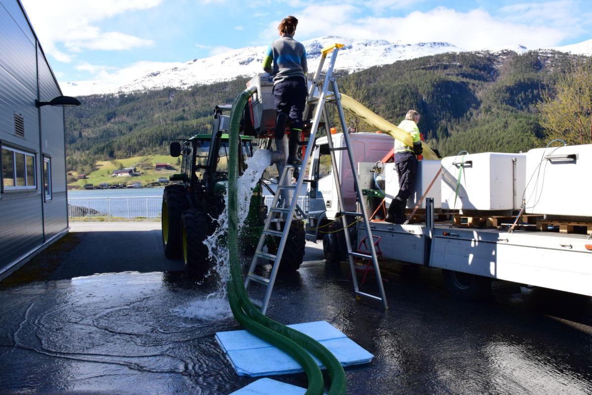 Her blir smolten pumpa over til transporttankar på lastebilen.  Foto: Jon Olav Ørsal