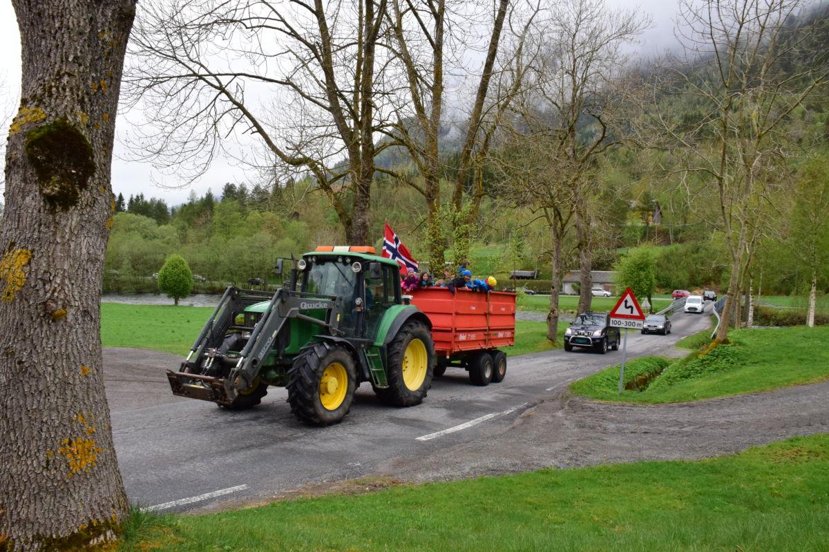 Stor stas med traktorskyss i biltoget.  Foto. Jon Olav Ørsal
