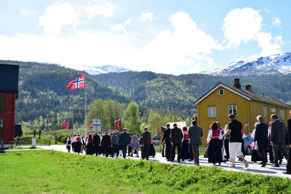 Folketoget går inn på skuleplassen med 17.korpset i spissen.  Foto: Jon Olav Ørsal
