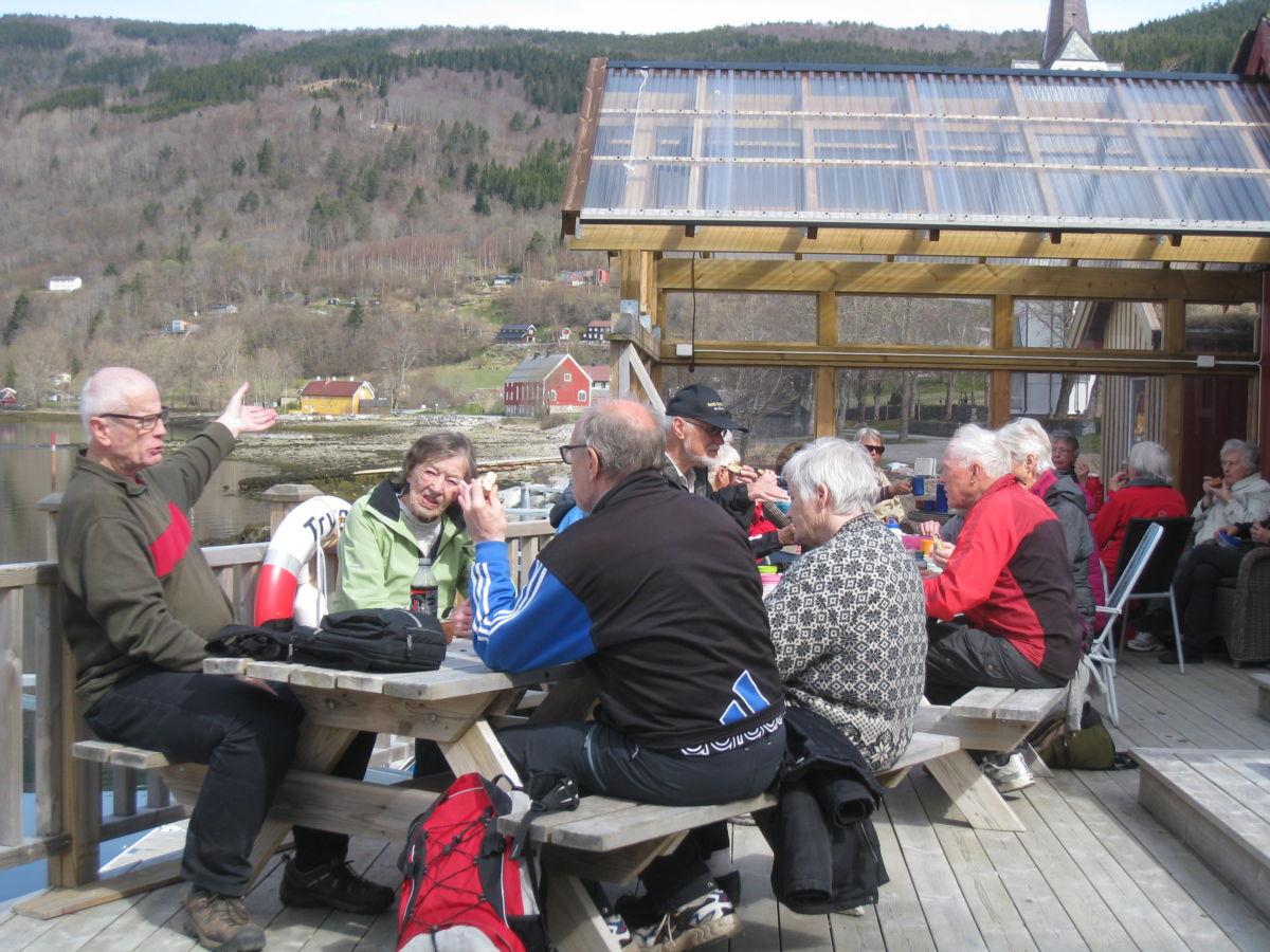 Dagens stavgangtur gikk til Stangvika, og med kaffepause på det flotte anlegget på Svissholmen.  Foto: Sigrun Ørsal