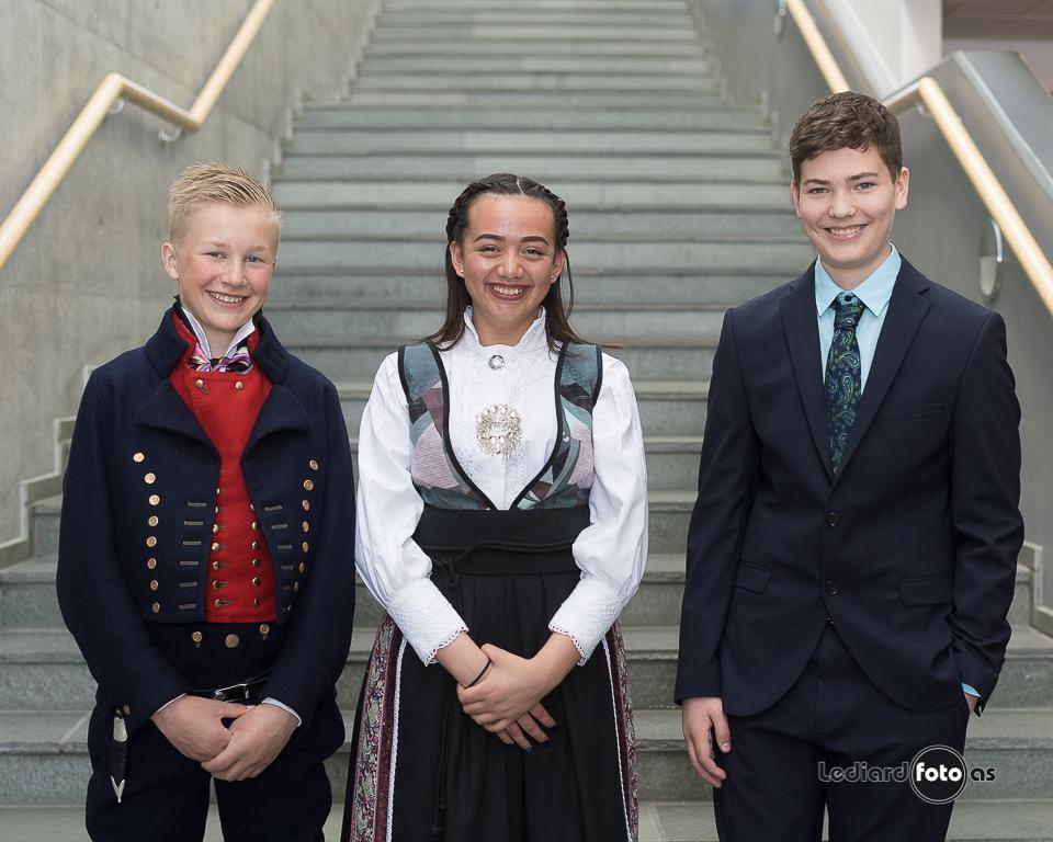 Dei tre huanistiske konfirmantane frå Todalen.  Frå venstre Eivind Bolme, Ingrid Margrete Næss og Bror Sæther.  Foto: Lediard