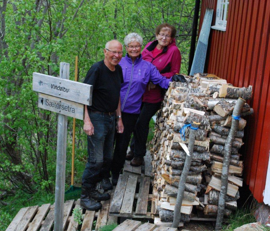 Klart for ny sesong på hermannhytta - frå venstre Jan Nordvik, Ingrid Nordvik og Mali Kjølstad.  Foto: Sverre Kjølstad