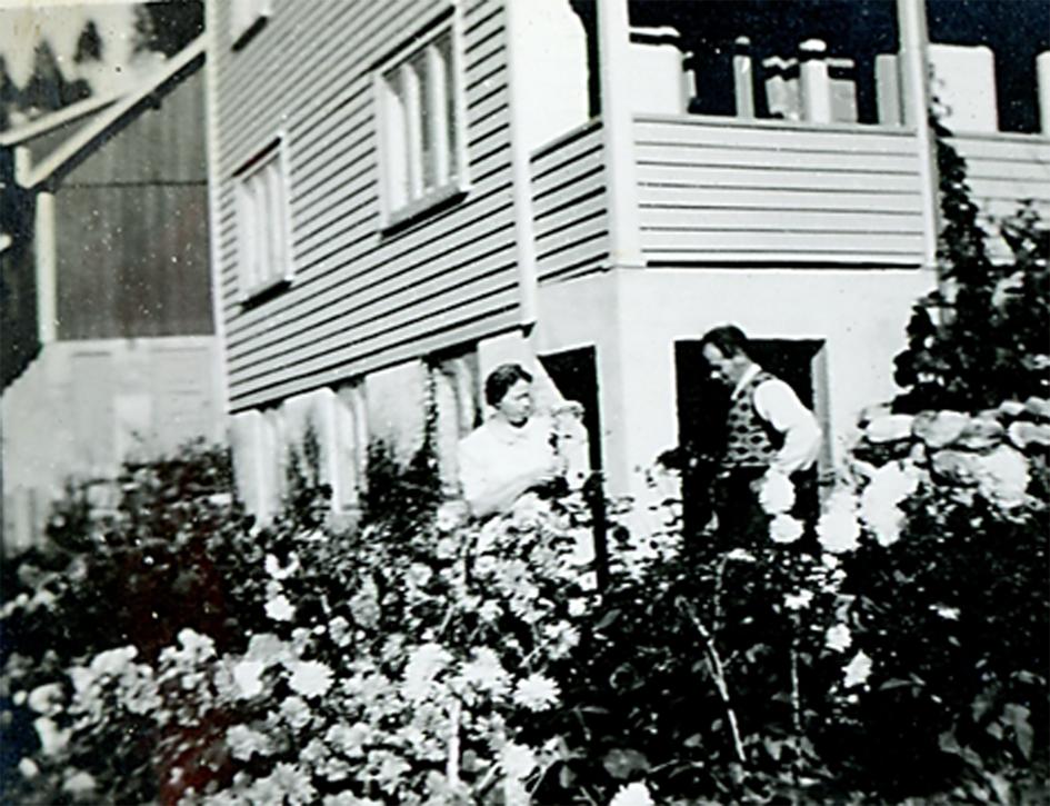 Anne og Halvor Svinvik framfor georginene - ca 1950.  Foto: SA