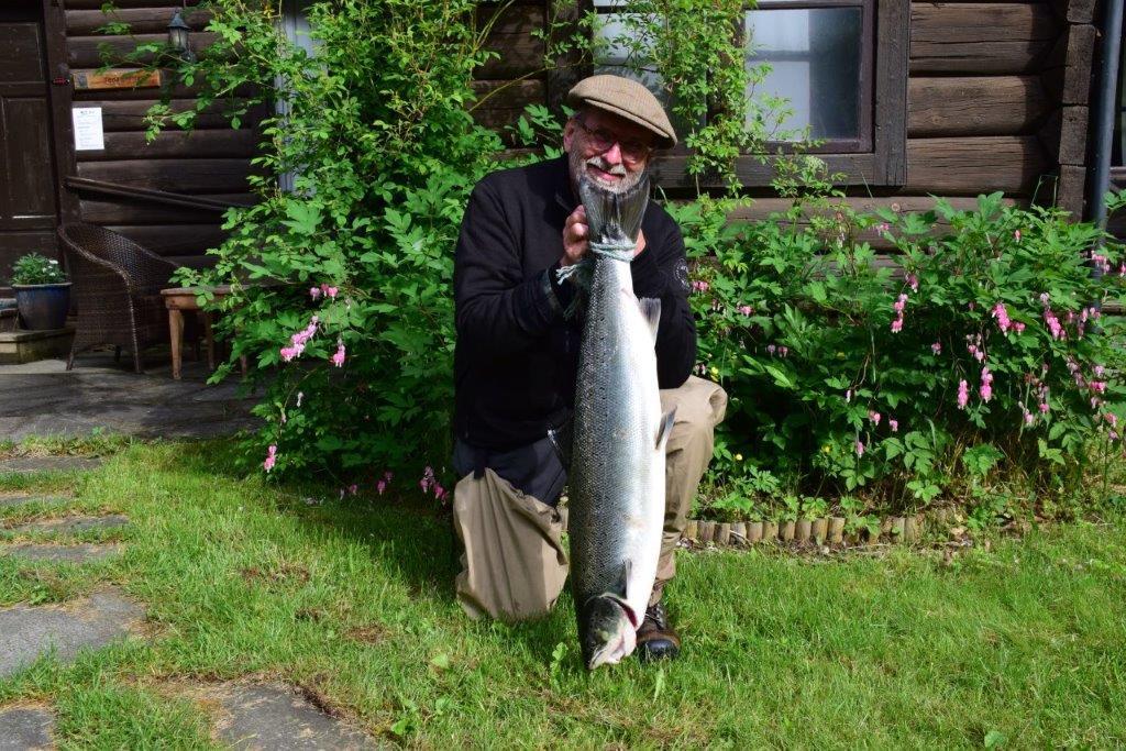terje Lind med laksen han tiok i Hagan ved bruset i dag tidleg. vekte viste 8,1 kg.  Foto: Jon Olav Ørsal