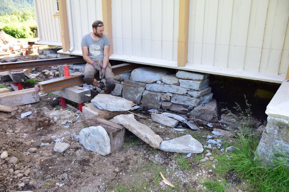 Ole Petter Løvsletten er i ferd med å legge opp den nye kyrkjemuren.  Foto: Jon Olav Ørsal