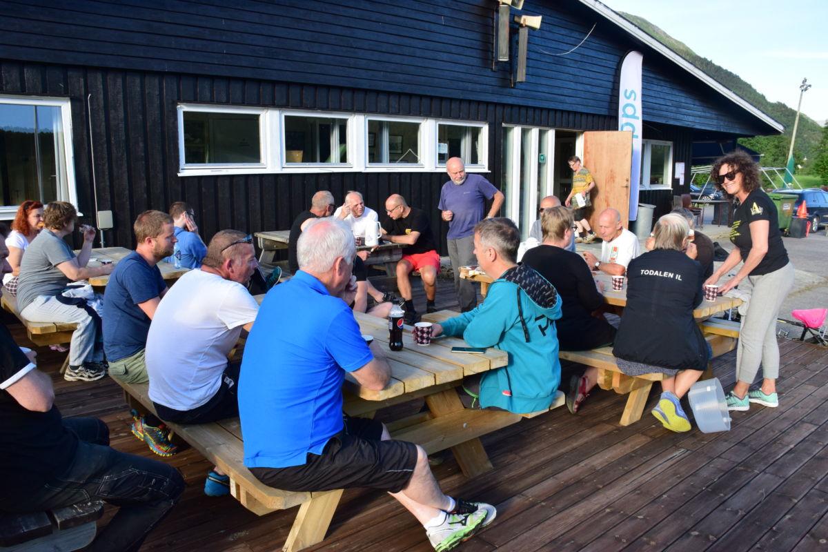 Dugnadskaffe hører med - her er dugnadsgjengen samla utafor klubbhuset i finvêret.  Foto: Jon Olav Ørsal