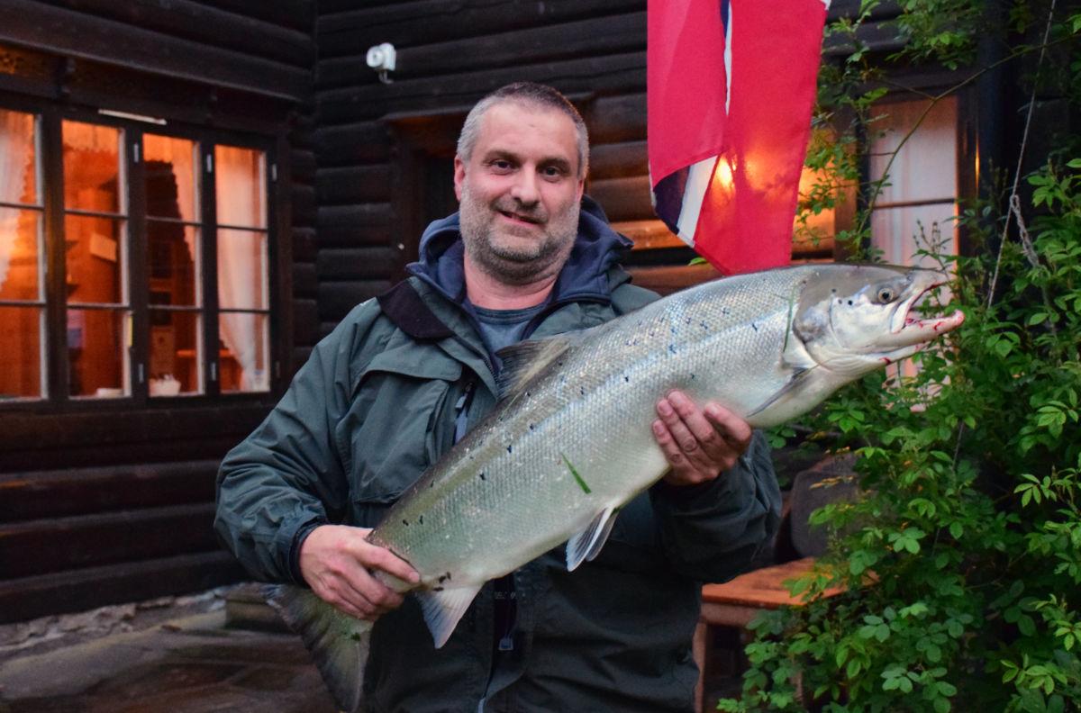 På tredje kastet tok den 8,5 kgs laksen flua til Frank Haugrim, som dermed fikk årets første laks.  Foto: Jon Olav Ørsal