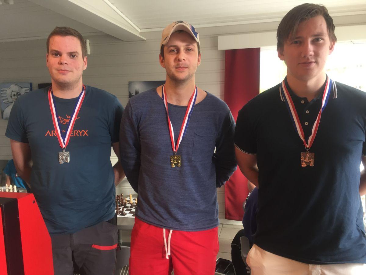 Gullmedalje til Kristoffer Nordvik, sølvmedalje til Amund Talgø og bronsemedalje til Brage H. Talgø.  Foto: Terje Nordvik