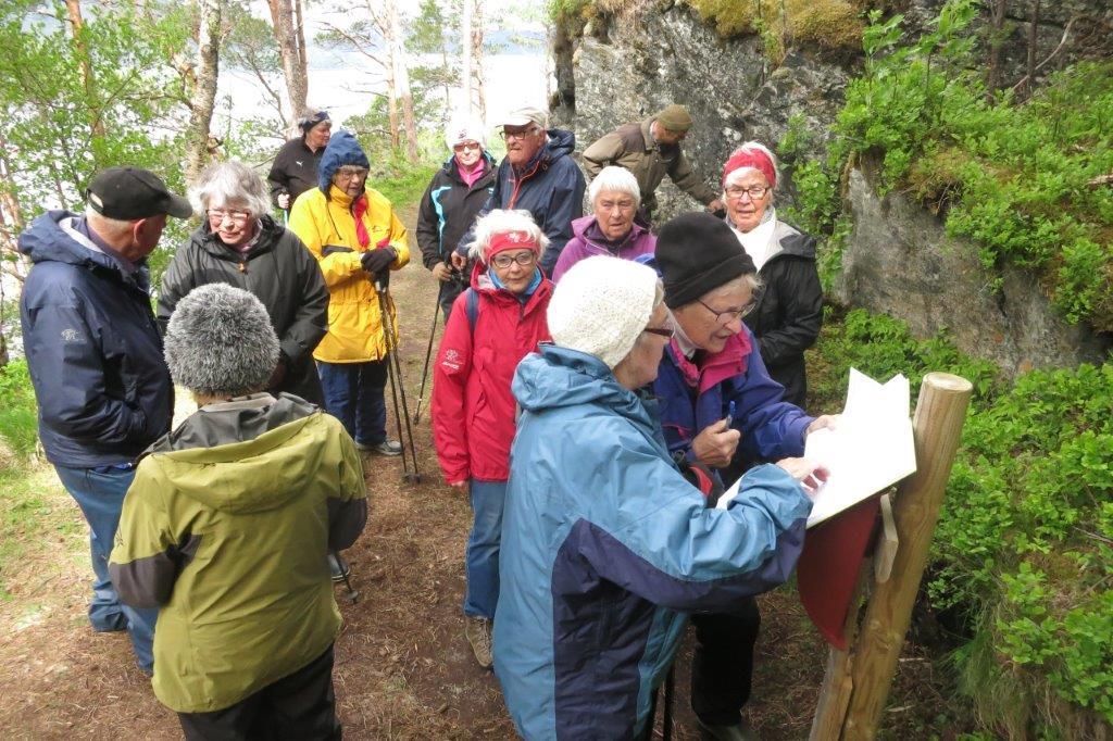 Svinviksrunden er StikkUt-tur - her er det registrering i boka som alt har fått 650 namn i år.  Foto: Jon Olav Ørsal