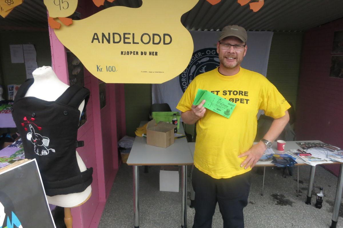 Andelotteri er ein kjent aktivitet frå laksefestivalen - Mons Otnes promoterte salet.  Foto: Jon Olav Ørsal