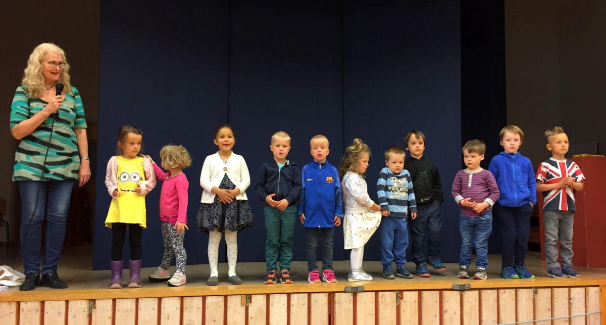 Britt introduserer songinnslag frå ungane i barnehagen. Foto: Dori J H
