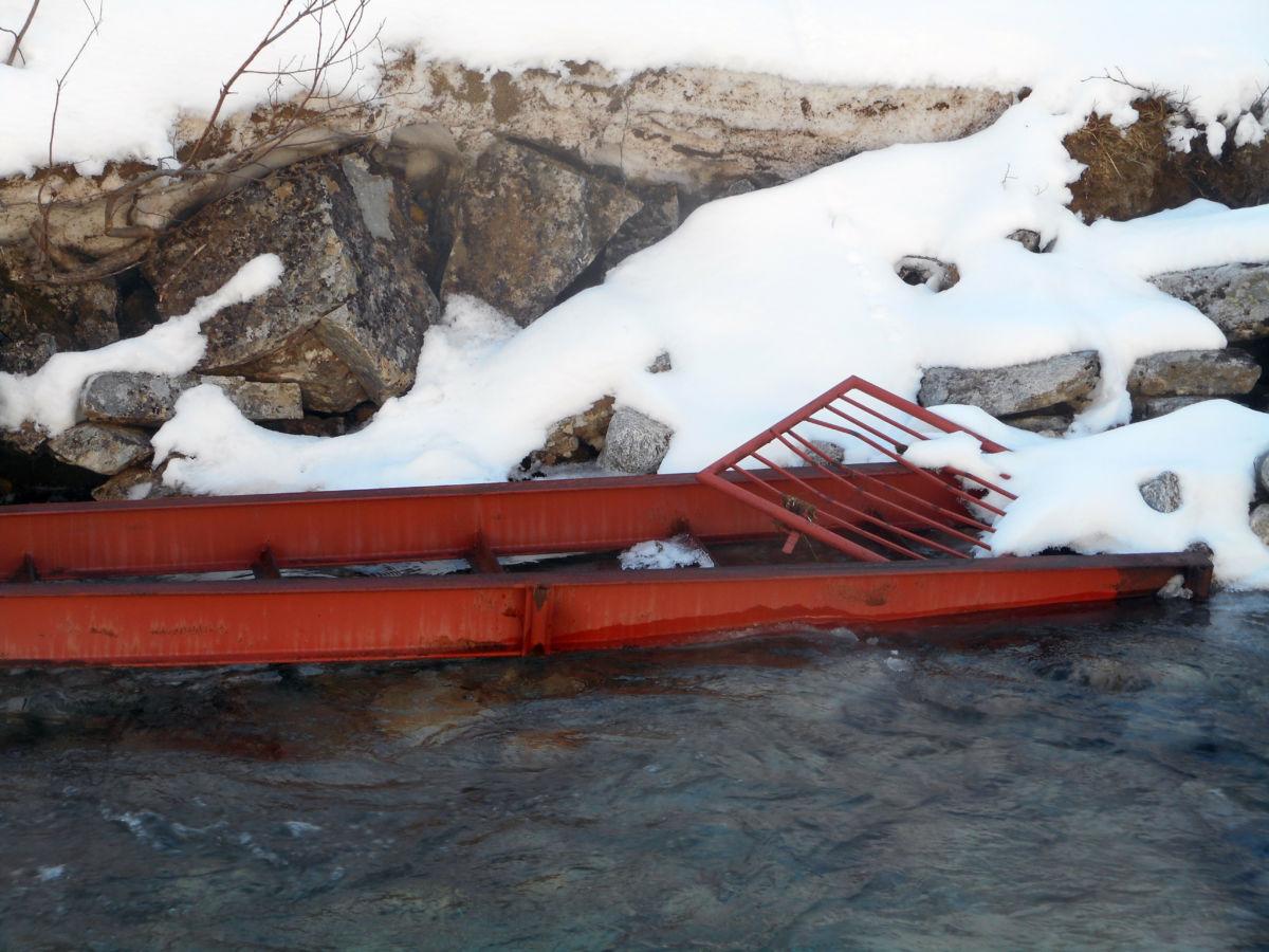 Brua i Kvennsetdalen vart teken av isforra i Rossåa.  No skal det flyges opp ny med helikopter.  Foto: GKK