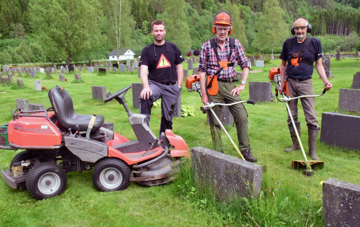 No blir det fint og velstelt på kyrkjegarden. Kristen Bruset, Eivind Grønmyr og Johan Hals