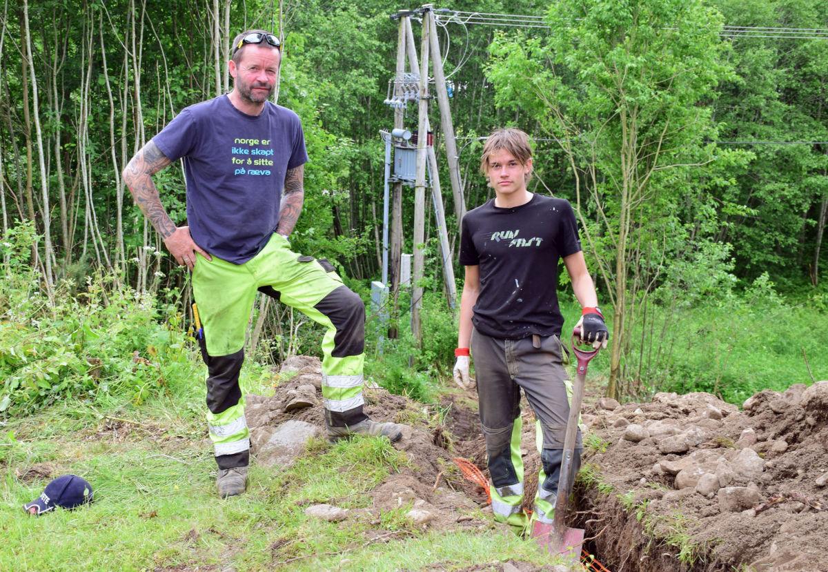 Far og son - Rolf Petter Halle og Hans Ole Røen Halle har starta arbeidet med å forsyne Husbygrenda med breiband.  Foto: Jon Olav Ørsal