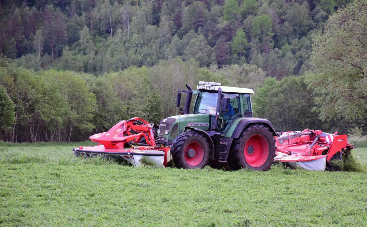 To slåmaskiner tek 6 meters breidde i eit jafs. her går det unna.... Foto: Jon Olav Ørsal