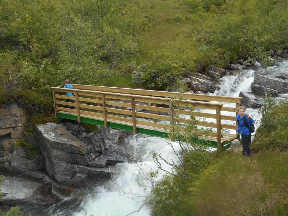 Nybrua er komen på plass - Fredrik og Sivert sjekkar at ho er klar til bruk.  Foto: GKK