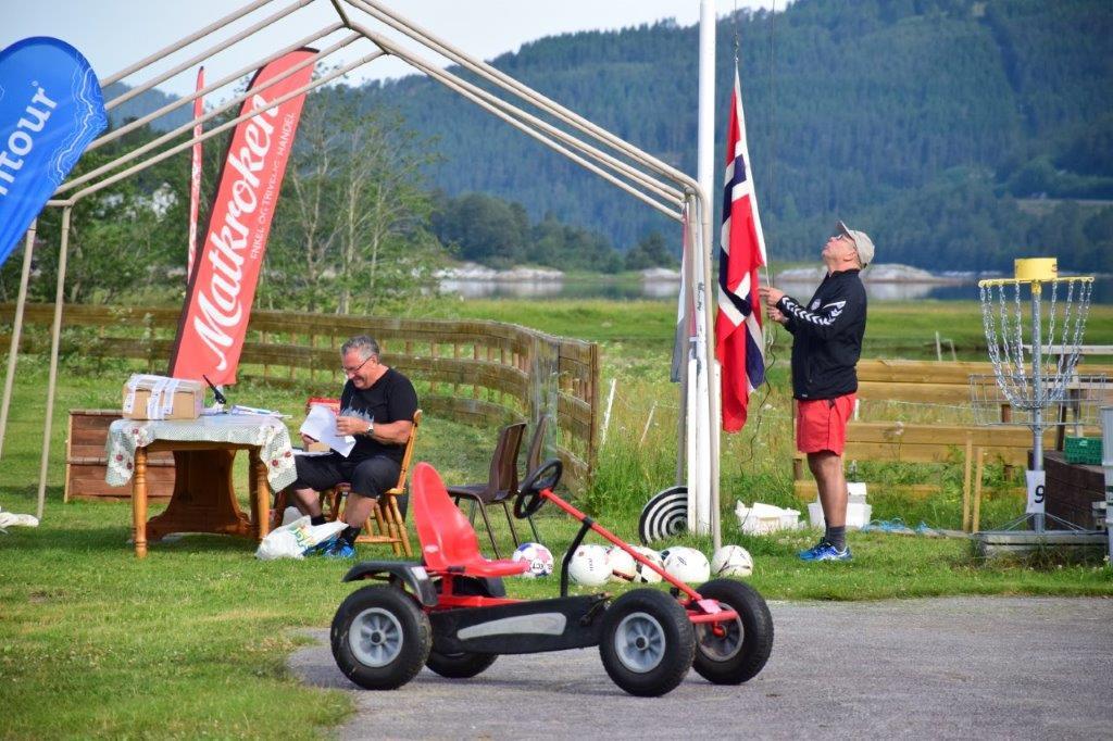 Terje N heisar flagget - fotballfesta er i gang! Foto: Jon Olav Ørsal