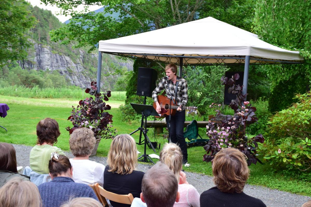 Jo Sverre Sande trekte over 200 til konserten i Svinviks Arboret.  Foto: Jon Olav Ørsal