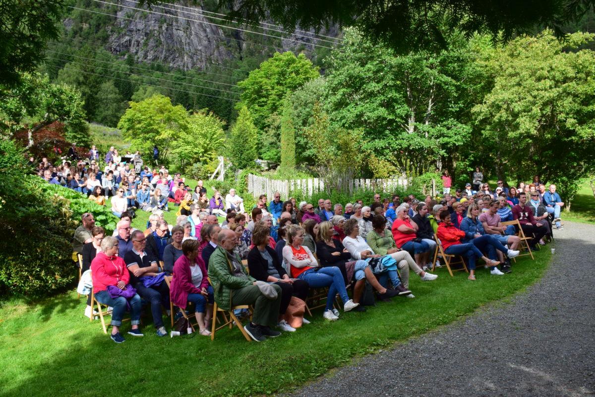 Det var god stemning i arboretet med over 200 på konserten med Jo Sverre.  Foto: Jon Olav Ørsal