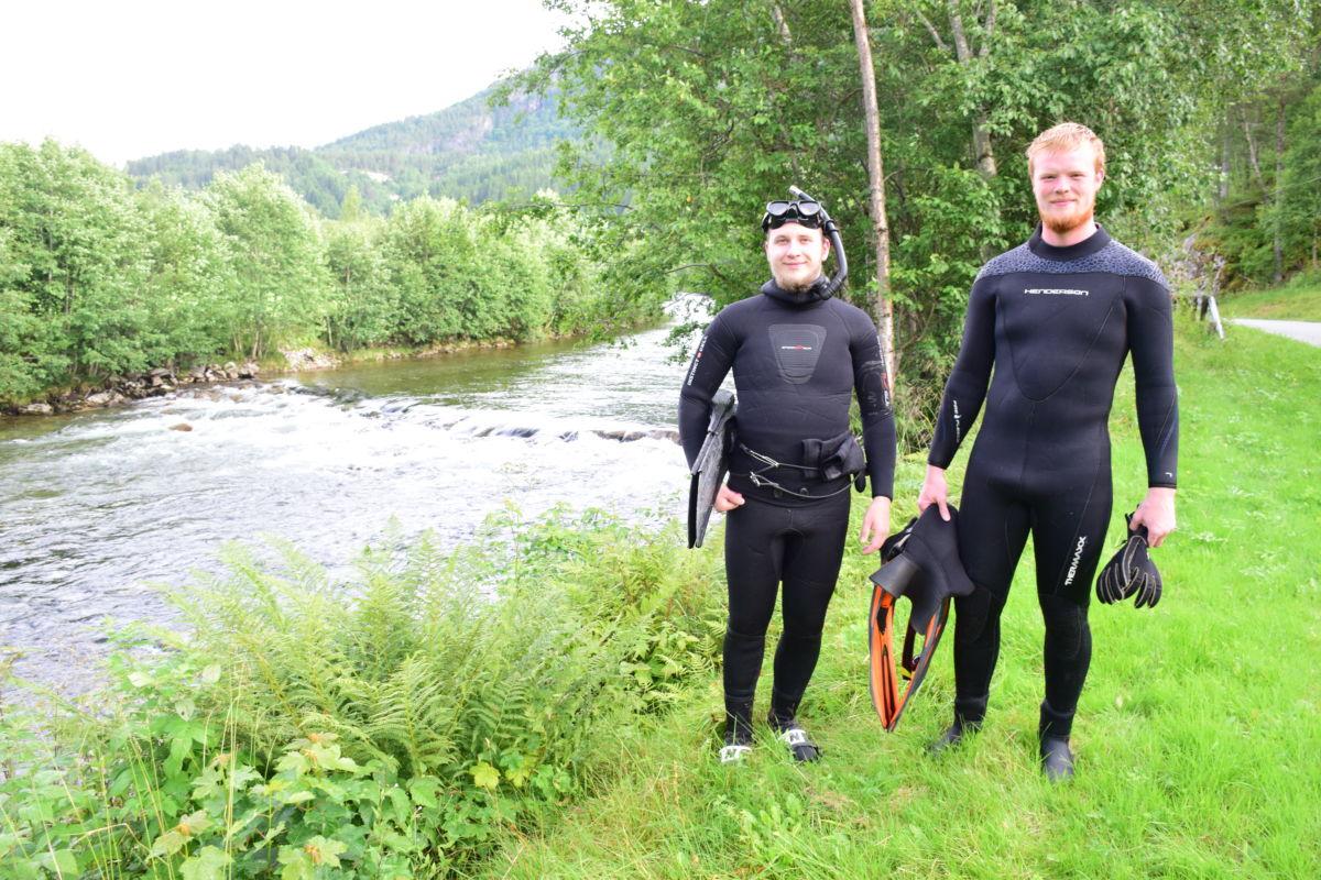 Tommy settem og Svein Håvard Brøndbo lot seg føre med straumen nedover Toåa, og dei såg mykje laks.   Foto: Jon Olav Ørsal