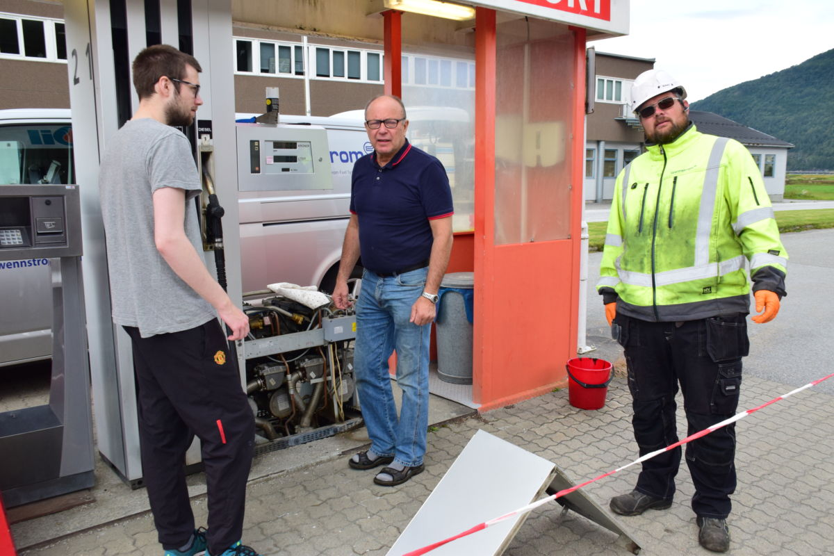 Snart på lufta igjen med drivstoff-fylling. Frå venstre Edvart Nordvik, Terje Nordvik og Gunnar Ståle Røv.  Foto: Jon Olav Ørsal