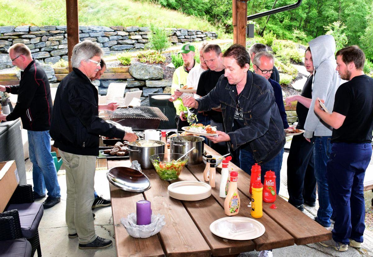 Grilling på Bordholmen - arkivfoto frå 2017. Vi følger sjølvsagt alle reglar for smittevern under produksjon og sal av mat på Bordholmen.   Foto: JOØ
